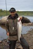 El pescador cogió salmones grandes en el río del norte Imágenes de archivo libres de regalías