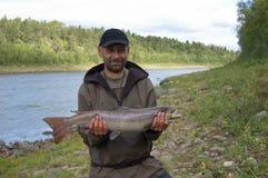 El pescador cogió un salmón grande Fotografía de archivo libre de regalías