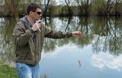 El pescador cogió una perca en un gusano fotos de archivo libres de regalías