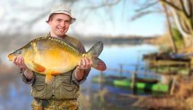 El pescador con los pescados grandes. Foto de archivo libre de regalías