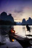 El pescador cormant en el río del li Imagen de archivo libre de regalías