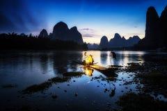 El pescador cormant en el río del li Imágenes de archivo libres de regalías