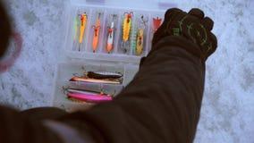 El pescador elige cebo en caja almacen de metraje de vídeo