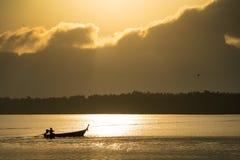El pescador en el barco de la cola larga imágenes de archivo libres de regalías
