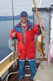 El pescador en el barco cerca de la isla Skrova Foto de archivo libre de regalías