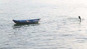el pescador en máscara pesca con la aterrizaje-red debajo del puente almacen de metraje de vídeo