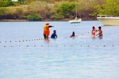 El pescador enseña a niños a utilizar la red Fotos de archivo libres de regalías