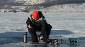 El pescador es un hombre en la pesca del invierno metrajes