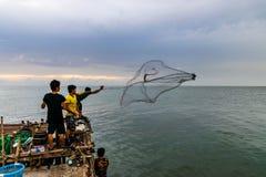 El pescador está cogiendo pescados imagen de archivo