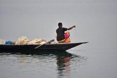El pescador está pescando con su fotografía de la acción del barco Imagen de archivo