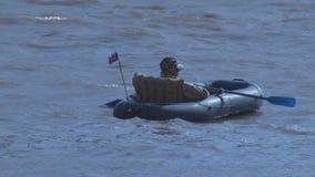 El pescador flota en un barco inflable almacen de metraje de vídeo