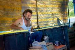 el pescador ha vuelto de la pesca imagen de archivo