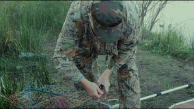 El pescador lanza el lucio de cuchara-cebo almacen de metraje de vídeo