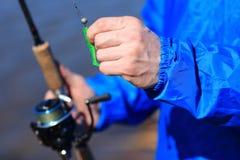 El pescador lleva a cabo el giro y el cierre del cebo para arriba Pesca foto de archivo libre de regalías