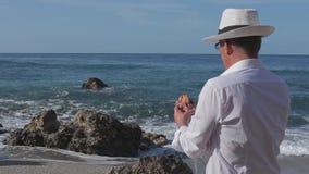 El pescador lujoso cogió un pescado mágico del oro en el mar Están hablando metrajes