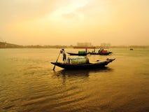 El pescador monta a través de un río durante tormenta del polvo Fotos de archivo libres de regalías