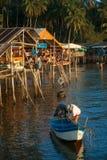El pescador que trabajaba una pesca tradicional ató de largo el barco en la isla de Koh Phitak Fotografía de archivo libre de regalías