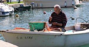 El pescador remienda la pesca almacen de metraje de vídeo