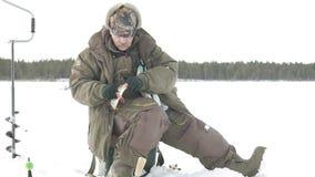 El pescador saca pescados en invierno almacen de metraje de vídeo