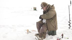 El pescador saca pescados en invierno almacen de video