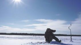 El pescador saca pescados en invierno metrajes