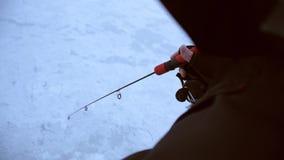 El pescador se pega con una caña de pescar corta y coge un zander almacen de video