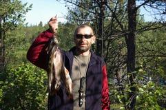 El pescador sostiene algunos graylings y percas Imagen de archivo