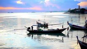 El pescador tailandés se prepara para navegar para los pescados en almacen de video