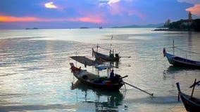 El pescador tailandés se prepara para navegar para los pescados en metrajes