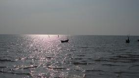 El pescador tailandés se prepara para navegar para los pescados en el mar en la puesta del sol, Tailandia metrajes