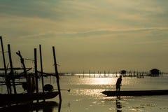 El pescador And un barco de cola larga Foto de archivo libre de regalías