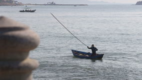 el pescador vietnamita asusta pescados en red con el palillo almacen de video