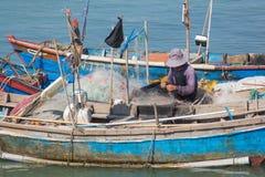 El pescador vietnamita desenreda redes Imágenes de archivo libres de regalías