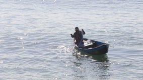 el pescador vietnamita saca de la red vacía el agua metrajes