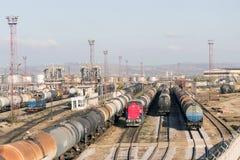 El petróleo de la refinería entrena a la yarda del carril imagen de archivo libre de regalías
