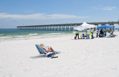 El petróleo se lava en tierra en la playa de Pensacola Imagenes de archivo