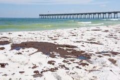 El petróleo se lava en tierra en la playa de Pensacola Fotos de archivo