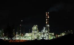 El petróleo trabaja en luces de la noche Imagenes de archivo
