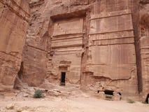 El Petra talló en la cueva antigua de la montaña en las montañas de Petra Jordan imagenes de archivo