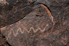 El petroglifo de la serpiente es dibujos antiguos de una roca en el barranco irlandés en Colorado Imagenes de archivo