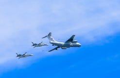 El petrolero aéreo Il-78 (Midas) demuestra el reaprovisionamiento de 2 Su-24 (el cercador) Foto de archivo libre de regalías