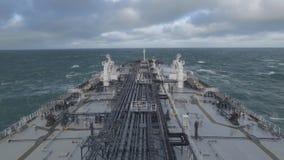 El petrolero del petróleo crudo está en curso en el mar tempestuoso metrajes