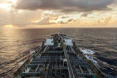 El petrolero del producto derivado del petróleo está en curso en el mar en la puesta del sol imagenes de archivo