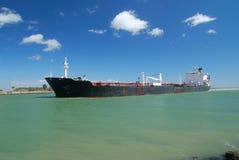 El petrolero está entregando el petróleo bruto imagen de archivo libre de regalías