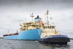 El petrolero Robert Maersk está en su manera al terminal de Vopak Foto de archivo libre de regalías