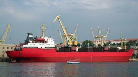 El petrolero rojo en puerto. Fotos de archivo