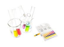 El pH empapela indicadores y el tubo con valores de pH Imagen de archivo