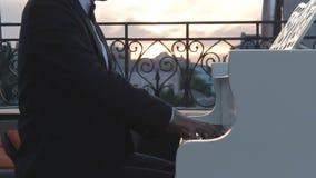 El pianista juega el piano en la noche