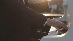 El pianista juega la música feliz del piano almacen de video