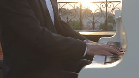 El pianista juega la música triste del piano metrajes